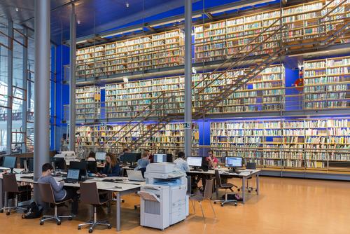 studenten aan het studeren in bibliotheek TU Delft